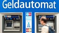 Einige Banken verlangen nicht nur Gebühren für die Kontoführung, sondern auch für Auszahlungen.