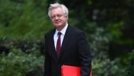 Der britische Brexit-Minister David Davis kommt  zu einem Kabinettstreffen in der Londoner Downing Street.