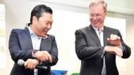 Google-Chef Eric Schmidt, rechts im Bild, lernt von Psy den Gangnam Style. Den beherrscht er also jetzt auch