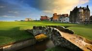 Eine Ikone des Golfs: Die mehr als 700 Jahre alte Swilcan Bridge ist das Wahrzeichen des Old Course in St. Andrews