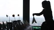 Noch bei der Arbeit: Eine Kellnerin in Sachsen