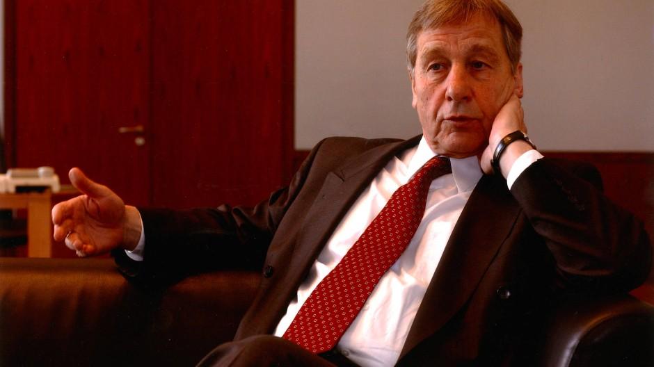 Bundeswirtschaftsminister und -arbeitsminister in einer Person: Wolfgang Clement, hier bei einem Interview 2004 in Berlin
