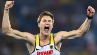 Thomas Röhler feiert seinen Olympiasieg.
