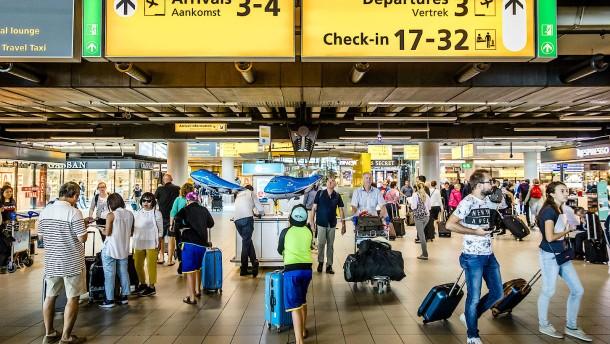 Amsterdam kontrolliert doppelt so schnell wie Frankfurt