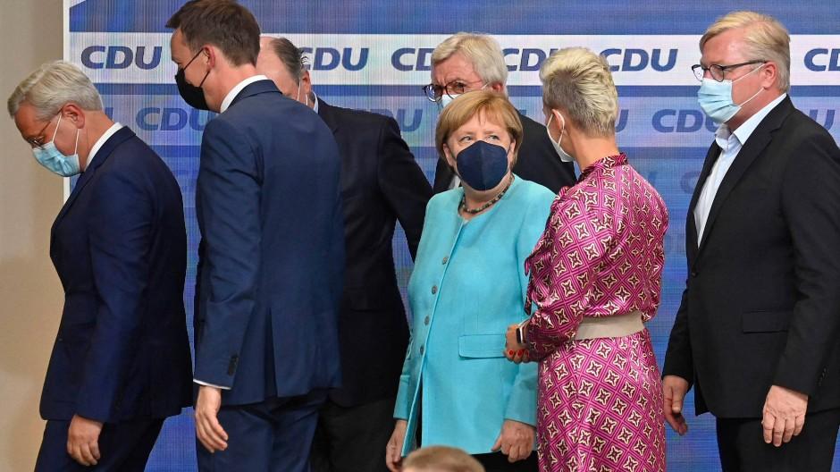 Abgang von der Bühne: Angela Merkel und CDU-Spitzenpolitiker am Sonntagabend im Konrad-Adenauer-Haus.
