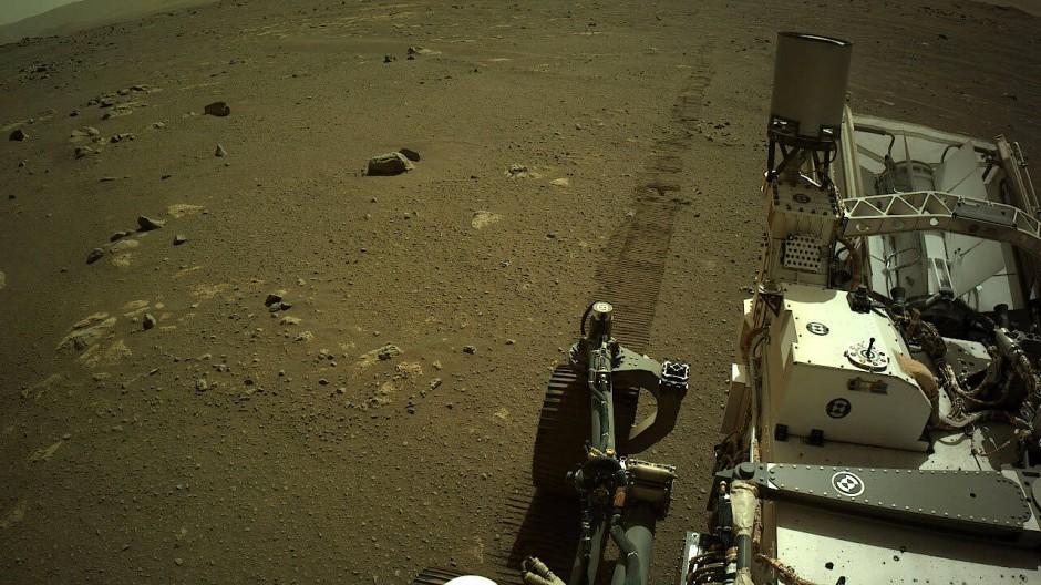 Reifenspuren des Marsmobils im eher grauen Staub des Roten Planeten.