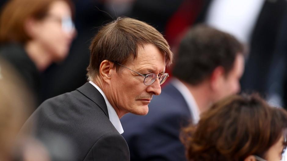 Karl Lauterbach verfolgt am vergangenen Freitag den Abschluss des Wahlkampfes der SPD in Köln.