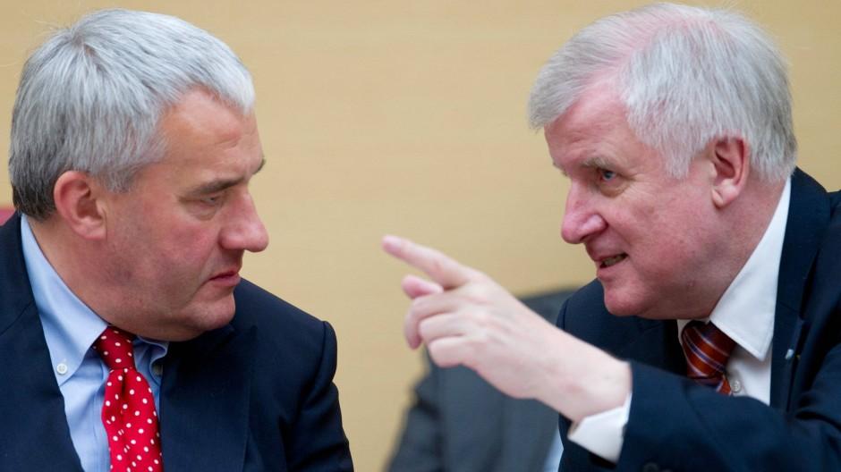 Bayerns Ministerpräsident Horst Seehofer mit seinem Kultusminister Ludwig Spaenle