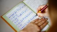 Kinder, die Buchstaben zu verknüpfen lernen, beherrschen die Rechtschreibung am Ende deutlich besser als Kinder, die nach freien Ansätzen lernen.