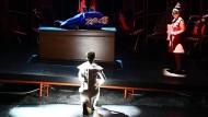 """Sänger während der Aufführung von """"The Sleeping Thousand"""" in Aix-en-Provence."""