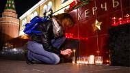 Eine Moskauerin zündet eine Kerze für die Opfer des Massakers in Kertsch an.
