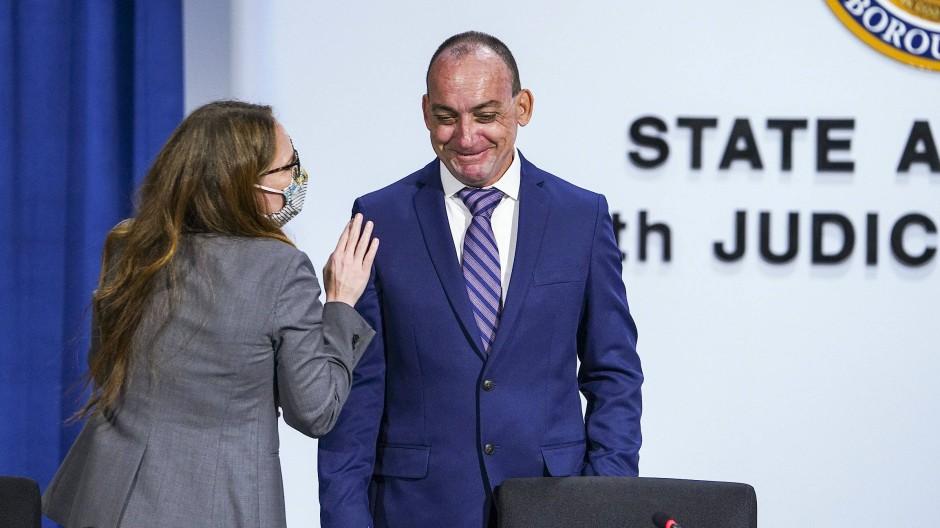 Die Rechtsanwältin Susan Friedman mit ihrem Mandanten Robert DuBoise bei einer Pressekonferenz der Hilfsorganisation Innocence Project