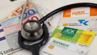 Krankenkassen geben zu viel Geld aus