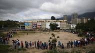 Vor dem staatlichen Bicentenario-Supermarkt in Caracas: Hunderte stehen für Hühnchen, Putzmittel und andere Waren des täglichen Gebrauchs an.