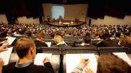 Hier bewirbt man sich auch als Exzellenz-Uni: Physik-Vorlesung an der RWTH Aachen.