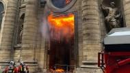 Mitte März in Paris: Die Feuerwehr löscht den Brand in der Kirche Saint-Sulpice.