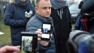 Ariel Zurawski zeigt ein Bild seines ermordeten Cousins.