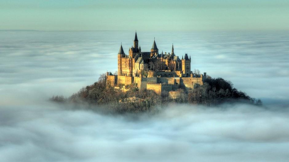 Advektionsnebel ist der Traum des Berg- und der Albtraum des Talbewohners: Oben wird es warm und sonnig, unten feucht und kalt. Meteorologen sprechen deshalb auch von Inversionsnebel. Hier thront die Burg Hohenzollern über dem schwäbischen Nebelmeer.
