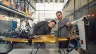 """Starthilfe: Jonathan Hesselbarth (rechts) und Tom Plümmer haben 2016 ein Start-up gegründet, das derzeit abhebt wie das Flugobjekt namens """"Wingcopter"""", das sie mit entwickelt haben. Unterstützt wurden sie dabei vom Gründerzentrum der TU Darmstadt."""