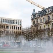 Kurze Wege am dampfenden Kochbrunnen: Das Digitalministerium bezieht das linke Gebäude, direkt neben der Hessischen Staatskanzlei (rechts).