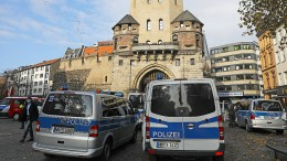 Kölner Polizisten verabschieden Kollegen mit Blaulichtkonvoi