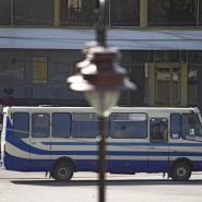 Der Bus, in dem ein Mann mindestens zehn Menschen als Geiseln hält.