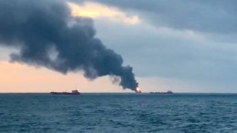 Zwei Frachter in Flammen