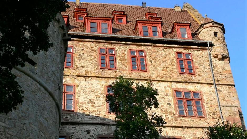 Burg Schweinberg: Der enge Raum verlangte, in Höhe zu bauen und die Gebäude mit mächtigen Fundamenten abzustützen.