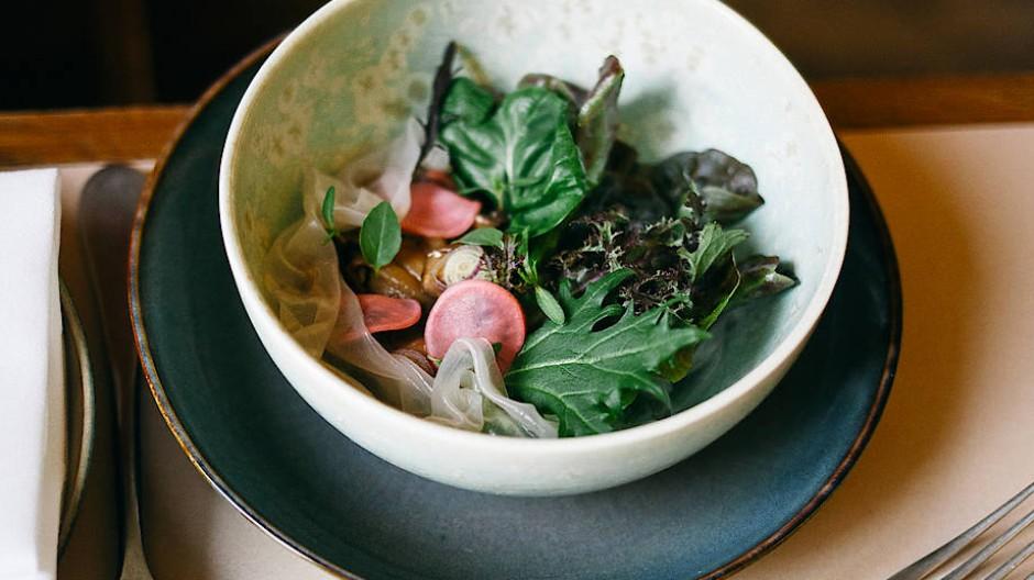Wie in Thailand: Sommerrolle mit Austernpilzen, Shiitake, Champignons, Austernsoße aus der Küche von Sterneköchin Dalad Kambhu.