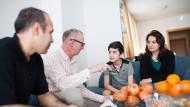 Integrationslotse: Thomas Weikert (Zweiter von links) unterstützt die afghanische Familie Amiri nicht nur beim Deutschlernen.