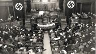 """Die Getreuen: Der """"Reichszahnärzteführer"""" spricht 1938 vor deutschen Ärzten."""