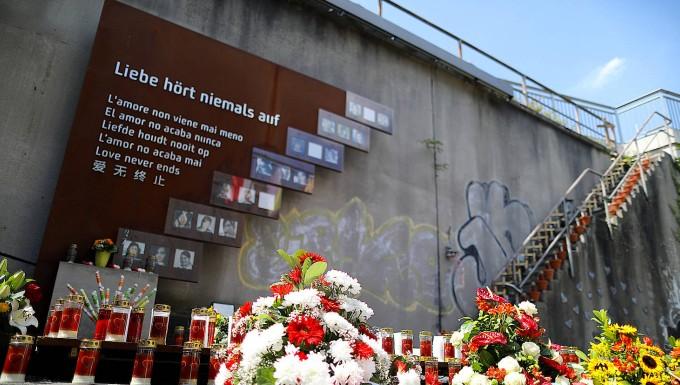 In Duisburg: Kränze liegen vor der Gedenkstätte für die Opfer des Loveparade-Unglücks.