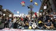 """Junge Demonstranten protestieren in Rom gegen den """"Fruchtbarkeitstag""""."""