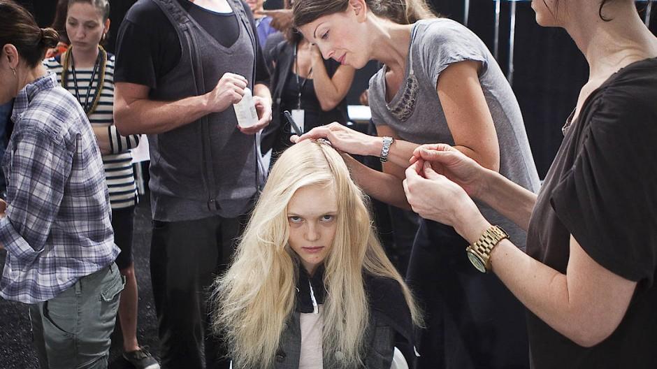 Bei der New York Fashion Week kommt es auf jeden Kilo an. Im Modezelt zerren viele Hände gleichzeitig an dem jungen Model.