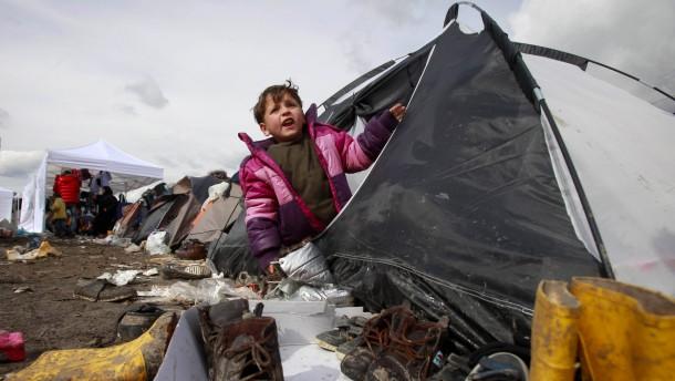 Kinder im matschigen Niemandsland
