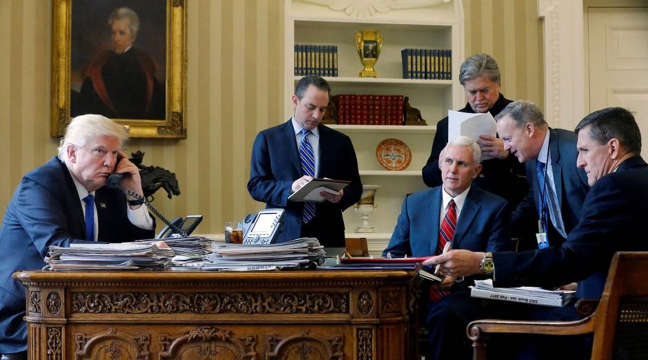Bislang immer dabei, wenn Trump im Oval Office wichtige Entscheidungen fällte: Michael Flynn (r.). Neben ihm: Pressesprecher Sean Spicer, Vizepräsident Mike Pence, Trumps Chefberater Steve Bannon und Stabschef Reince Priebus