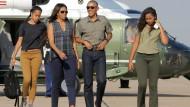 In Beige und Khaki neigt es sich dem Ende zu: Familie Obama vor dem Präsidenten-Hubschrauber in New Mexico im Juni 2016.