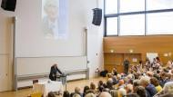 In den vorderen Reihen viele Ehrengäste: Jürgen Habermas, 90 Jahre alt, im Hörsaal der Goethe-Universität.