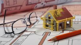 Wie Hausbauer von den Börsenturbulenzen profitieren