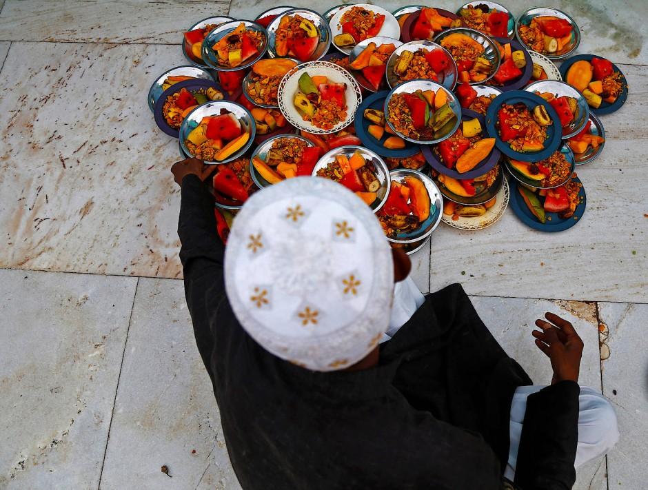 Vorbereitungen zum abendlichen Fastenbrechen: Im Fastenmonat Ramadan essen Muslime erst nach Sonnenuntergang.