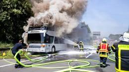 Reisebus mit 65 Schülern auf Klassenfahrt gerät auf A2 in Brand