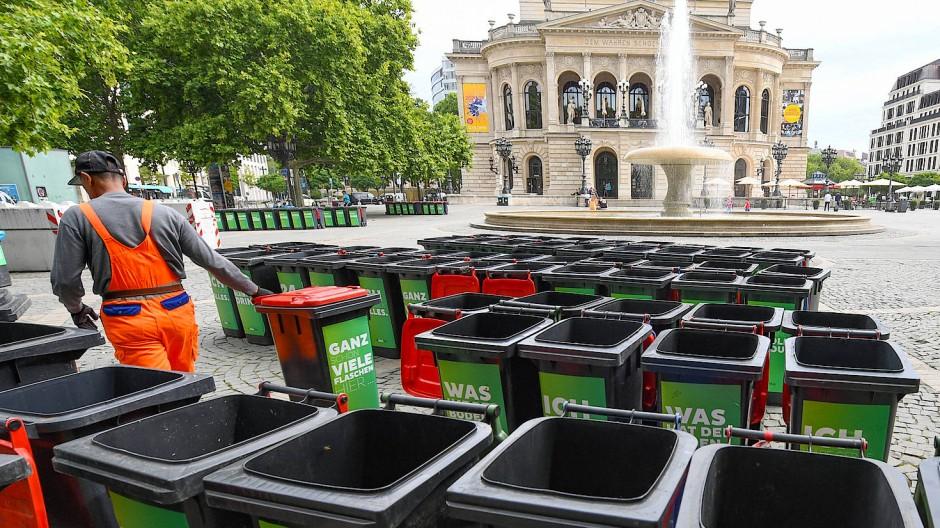 Abfallberge am Opernplatz: Mehr Mülltonnen sollen Abhilfe schaffen