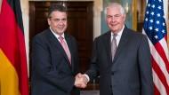 Setzen auch weiterhin auf eine enge Zusammenarbeit: Außenminister Gabriel mit seinem Amtskollegen Tillerson in Washington.