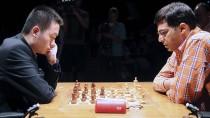 Wei Yi im Juni des vergangenen Jahres im Duell mit dem indischen Topspieler Viswanathan Anand (r.).