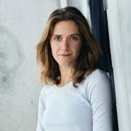 """Miriam Stein wurde unter anderem durch ihre Auftritte im Schauspieldrama Goethe! (2010) und im deutschen Fernseh-Dreiteiler """"Unsere Mütter, unsere Väter"""" (2013) bekannt."""