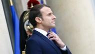 Noch schnell die Krawatte richten: Emmanuel Macron kurz vor seinem Treffen mit dem jordanischen König Abdullah im Dezember vor dem Élysée-Palast