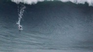 Brasilianischer Surfer reitet Riesenwelle