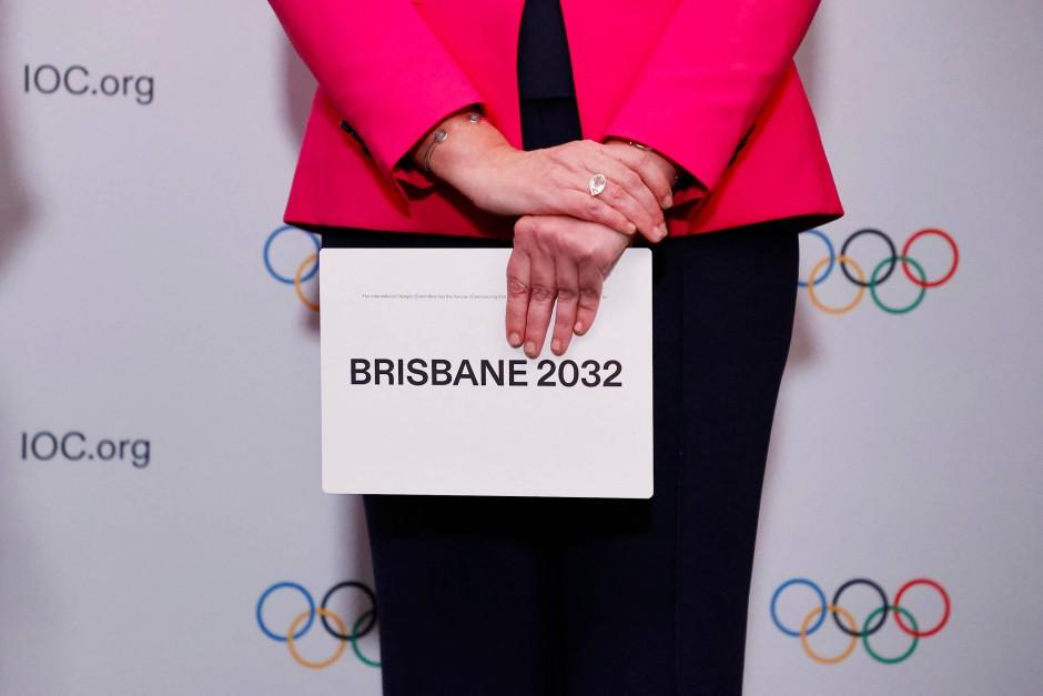 """and it is... Brisbane 2032. Die Premierministerin des Bundesstaates Queensland mit dem """"richtigen"""" Briefumschlag."""