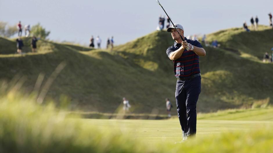 Bryson DeChambeau vom Team USA am 15. Loch des 43. Ryder Cup.