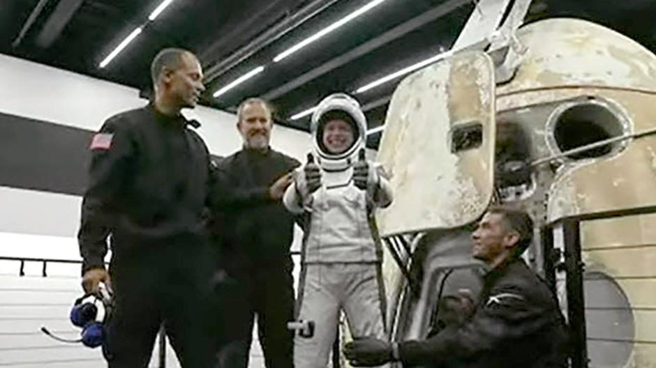 Gelandet und glücklich: Hayley Arceneaux, einer der vier Passagiere an Bord der SpaceX-Kapsel nach der Landung